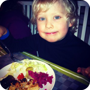 Kuvassa Kalle 5v:n lautasella pilkotun murekkeen lisäksi salaattia, venäläistä suolakurkkua, oliivia, punajuurihapankaalia ja luomukermaviilidippiä. Lautanen tyhjeni ennätysvauhtia!