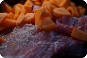 Kuori ja pilko porkkanat ja lisää nekin pataan.