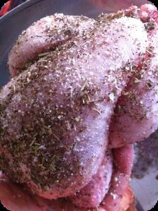 Mausta lintu/linnut huolelliesti suolalla, pippurilla ja yrteillä. Jätä hetkeksi maustumaan.